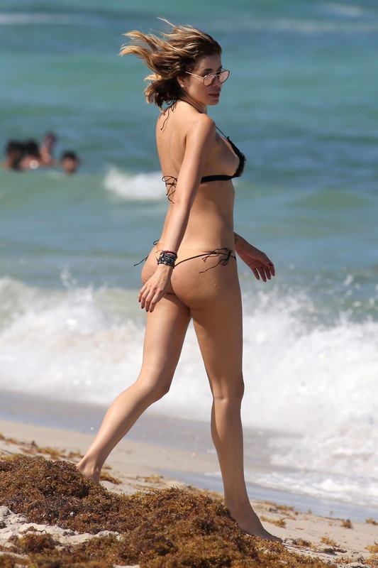 Aida Yespica showing off her toned beach body on holiday in Miami Beach