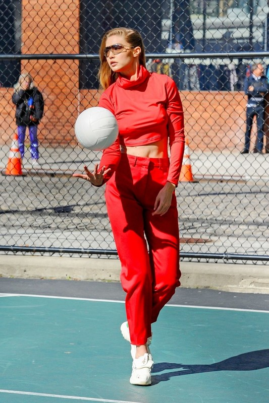 Gigi Hadid plays volleyball on the set of a photoshoot in New York 36rvxsinee.jpg