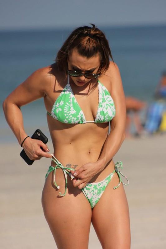 Maria-Jades-shows-her-flexibility-while-enjoying-a-beautiful-day-in-Miami-beach.-r6rwbfg143.jpg