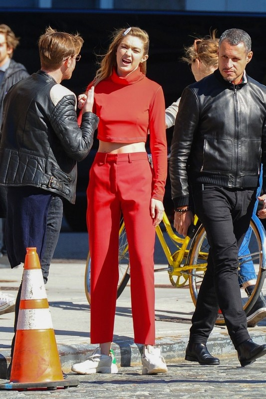 Gigi-Hadid-plays-volleyball-on-the-set-of-a-photoshoot-in-New-York-36rvxs9a0b.jpg
