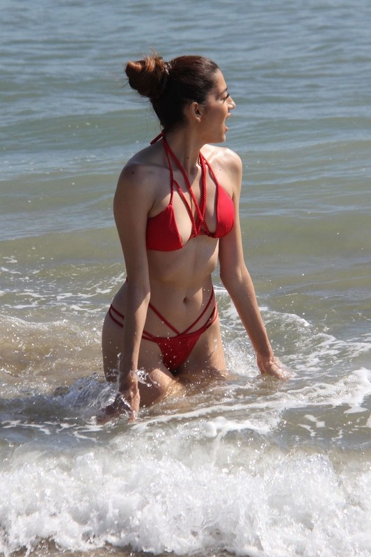 Blanca-Blanco-on-the-beach-before-the-winter-temperatures-come-through-in-Malibu-o6rvxrmese.jpg