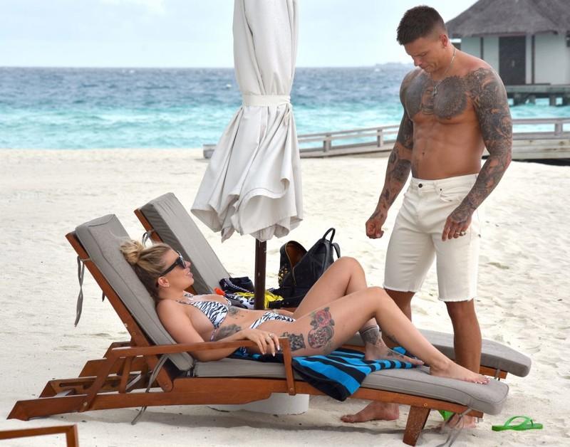 Alex-Bowen-and-Olivia-Buckland-spend-playful-afternoon-at-the-beach-on-Maldives-r6rwaq9f1y.jpg