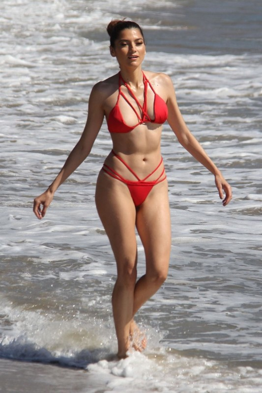 Blanca-Blanco-on-the-beach-before-the-winter-temperatures-come-through-in-Malibu-c6rvxsdc6t.jpg