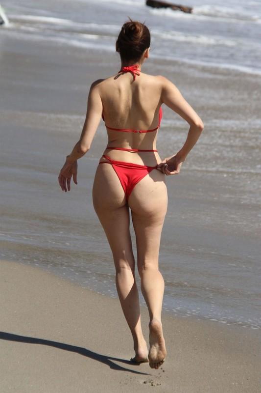 Blanca-Blanco-on-the-beach-before-the-winter-temperatures-come-through-in-Malibu-c6rvxr2xlv.jpg