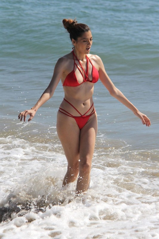 Blanca-Blanco-on-the-beach-before-the-winter-temperatures-come-through-in-Malibu-t6rvxr9qtg.jpg