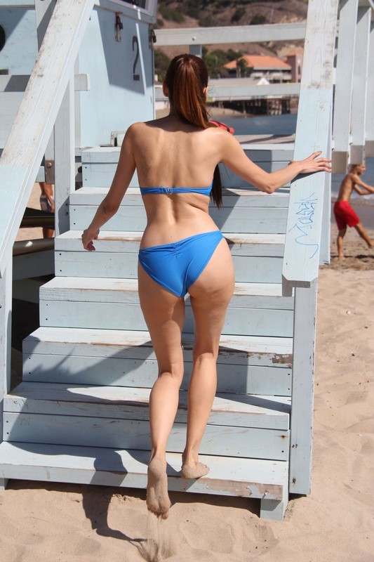 Blanca-Blanco-enjoy-the-last-few-warm-days-of-Fall-at-the-beach-in-Malibu-l6rwb4jw3m.jpg