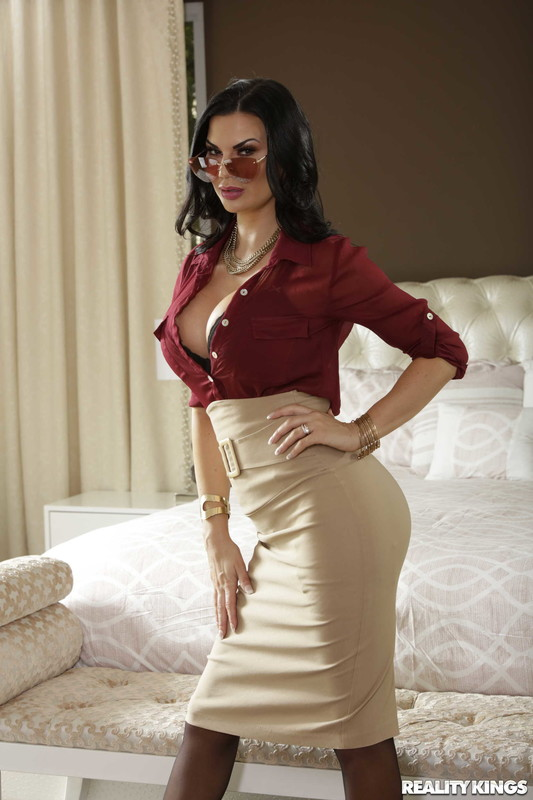 Jasmine-Jae-%3A-What-Is-In-Your-Luggage-%23%23-REALITY-KINGS-l6upi4ocjr.jpg