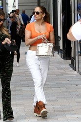 Jennifer-Lopez-%E2%80%93-Sexy-Candids-in-Miami-v6uujbtmwt.jpg